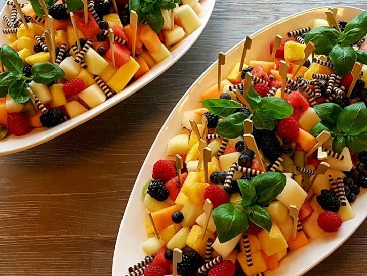 Weiße Schalen mit frischem Obst als Salat
