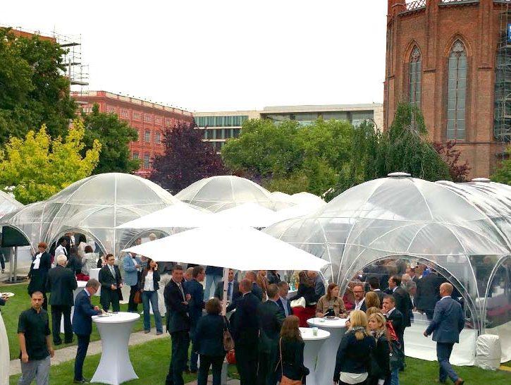 Outdoor-Veranstaltung in Berlin mit Gästen und Pavillons